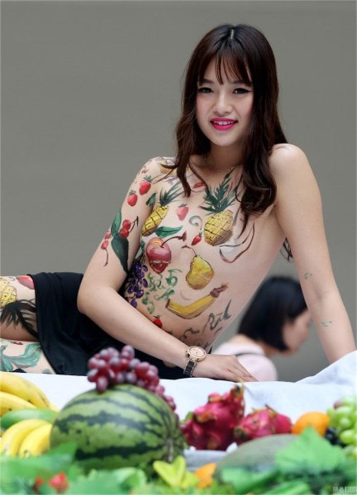 图为人体彩绘模特和各种美食.