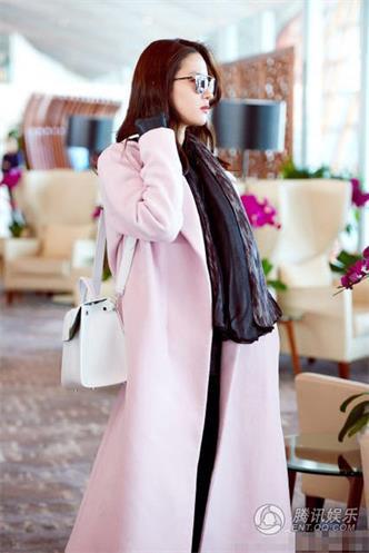 刘亦菲现身机场赴巴黎时装周
