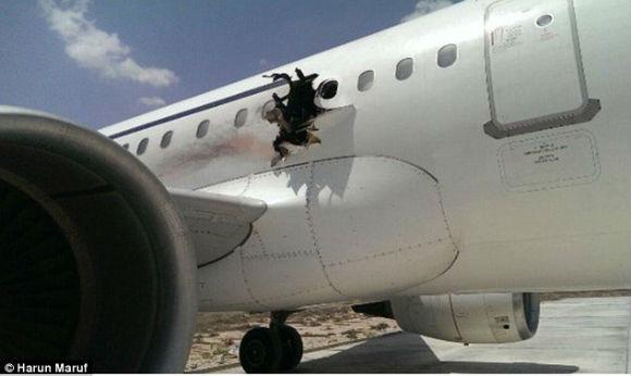 索马里客机起飞后被炸出大洞