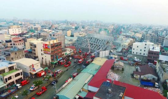 台湾地震17层高大楼整体倒塌 -  东方.旭(青岛) - 东方.旭的博客(青岛)