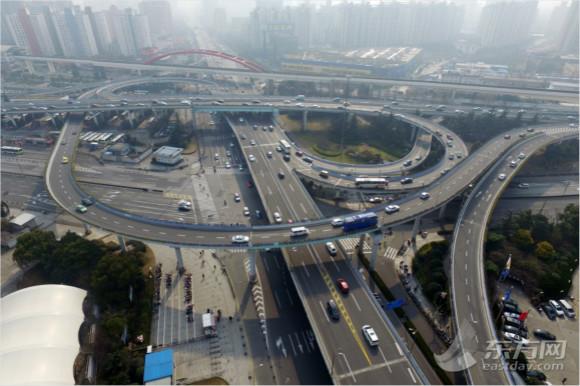 图为内环高架转沪闵高架的环形高架道路上,可以看到车流量明显比工作