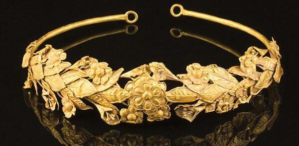 英国发现古希腊纯金桂冠 竟放在破纸盒中