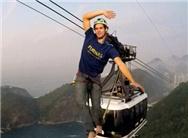 男子250米高缆车索道惊险走绳