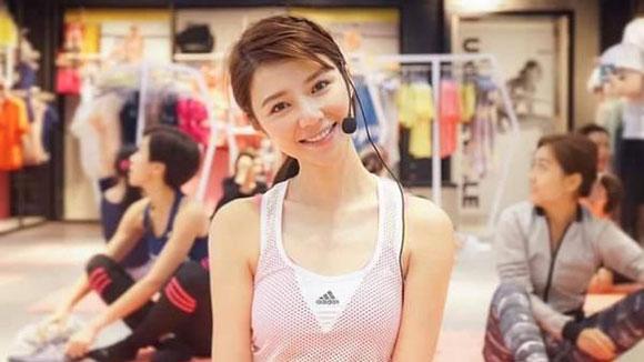 超气质瑜伽老师成新网红 笑容甜美身材曼妙