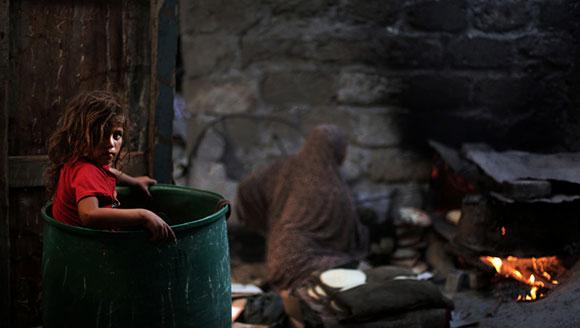 战乱下的加沙儿童:垃圾堆中成长