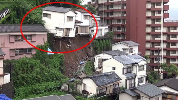 日本:暴雨后房屋整个翻滚下山坡摔碎