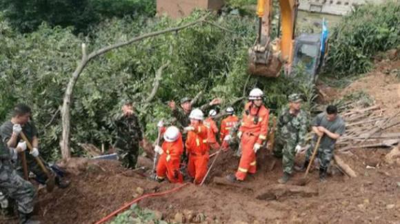 贵州毕节市因暴雨引发山体滑坡 29人被埋