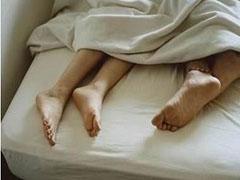 19岁女孩与31岁男友开房死亡 被子上沾满血迹