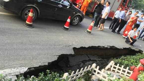 天津河川大厦门前路面突然塌陷 路边一轿车陷入坑中