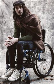 瘫痪男子坚持梦想成首位轮椅模特