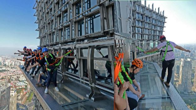 上海摩天楼340米高空建无护栏玻璃栈道