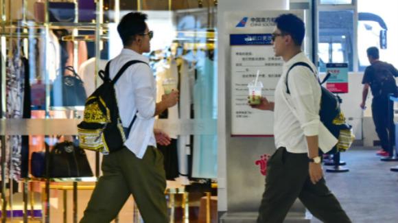 毛宁吸毒获释后现身机场 阔步前行精神抖擞