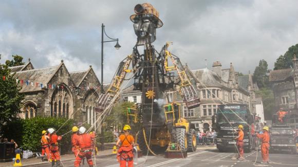 英国最大机械木偶亮相 高度超3辆双层巴士(高清组图)