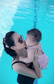 章子怡带女儿泳池游泳 贴面亲吻显温馨