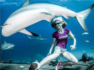 女模海底徒身漫步 与礁鲨危险共游