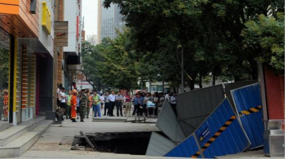 兰州步行街突然塌陷 地面现长10米宽5米大坑