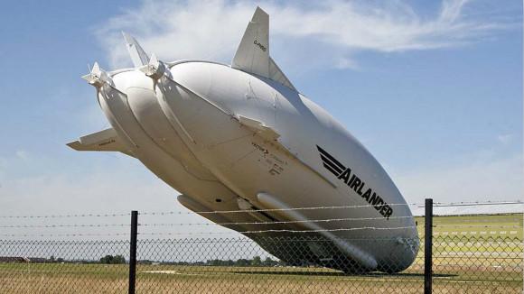 世界最大飞行器第二次试飞撞电线杆 驾驶舱损坏