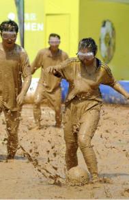 泥浆足球赛:原来足球可以这么玩