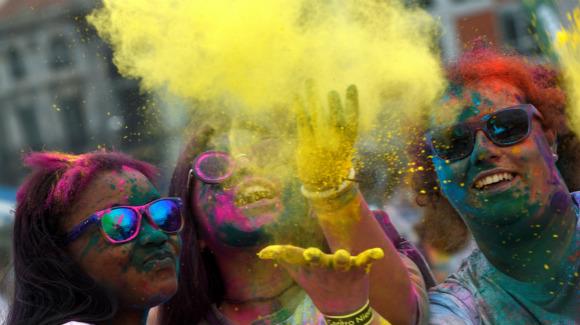 西班牙民众庆祝胡里节 上演彩色狂欢