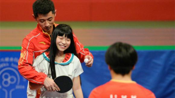 奥运代表团示范表演 张继科手把手教学迷晕球迷