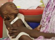 尼日利亚儿童在难民营挨饿