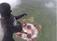 俄少年351米高电视塔上玩自拍