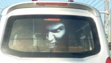 """前车后窗贴""""鬼脸""""治远光灯 恐怖车贴或涉嫌违规"""