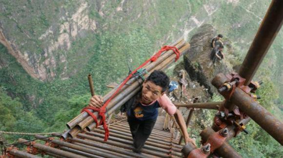 悬崖村绝壁修路 村民背1500根钢管上山造天梯
