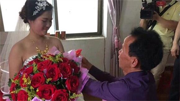 坐17年冤狱男子与小十几岁女友结婚 获赔160万