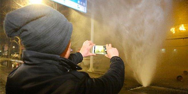 """暖气管道爆裂 路人围观拍照称""""太刺激"""""""