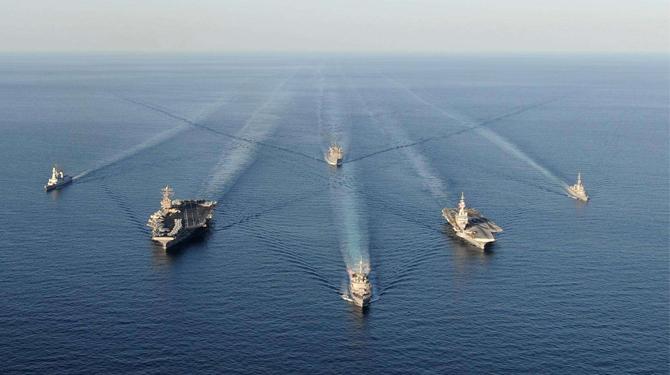 天空乌云密布,航空母舰战斗群驶向朝鲜半岛