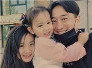 黄磊三胎儿子出生 发文示爱妻子孙莉