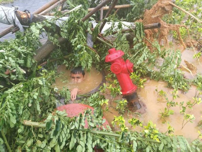 """台风中三亚""""潜水哥""""7分钟下潜12次 终于关掉阀门止住水"""