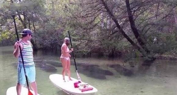 情侣野外划船游玩 水里突然惊现大批不明黑影