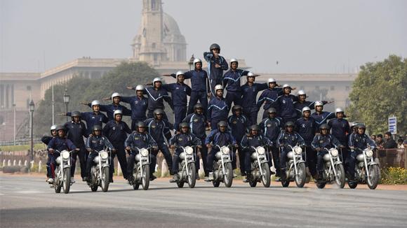 印度每次阅兵就要叠罗汉表演各种杂技?