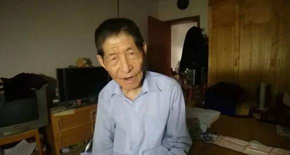 85岁老人拾荒资助贫困生!真实身份令人震惊