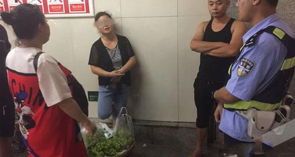 4斤只卖10元钱?地下通道卖葡萄的大妈穿帮了