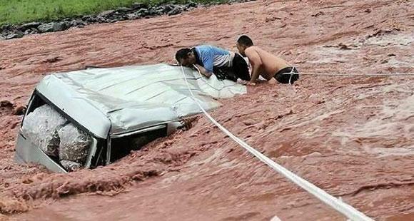 车被冲走前一刻,他获救了
