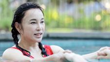 装少女的刘晓庆终在泳池现原形