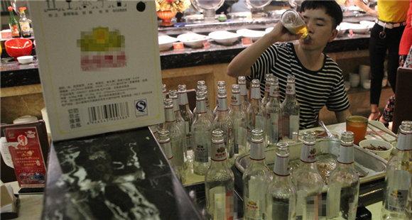 """""""小伙一顿喝掉200瓶啤酒""""系炒作 真相曝光"""