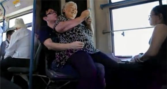 南京地铁上小伙不让坐 大妈一屁股坐他腿上