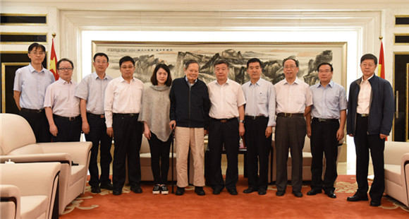杨振宁携妻子访问山西大学 受师生热烈欢迎