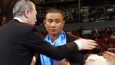尴尬!文章和冯小刚握手遭拒
