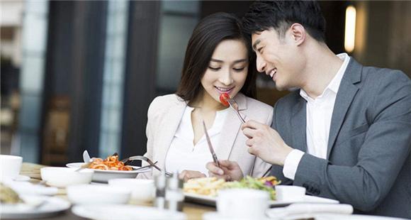 男子脚踏多船 2女友同桌吃饭竟互不知情