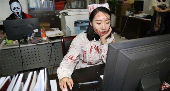 惊吓!杭州员工这样上班 原因让人傻眼