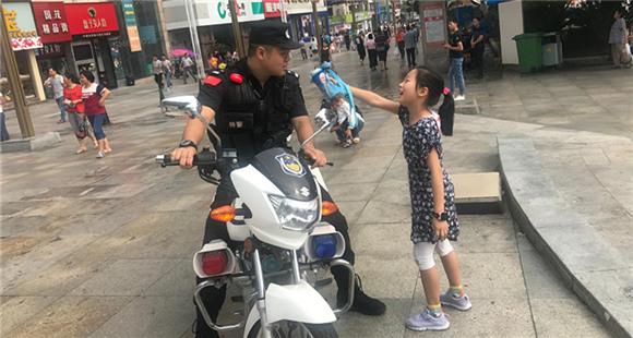 民警巡逻巧遇女儿 女儿给爸爸喂水却被斥