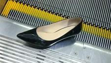 高跟鞋跟卡电梯 她机智脱险