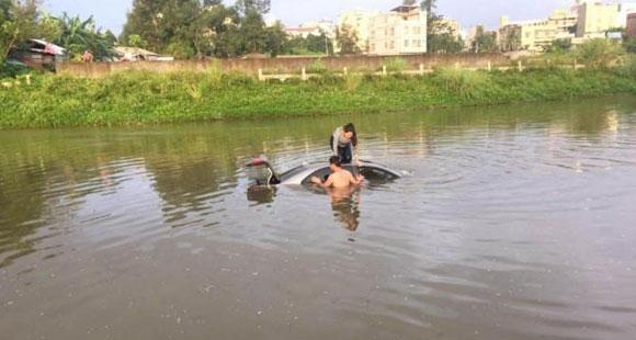 女司机驾车看手机 连车带人冲入河中