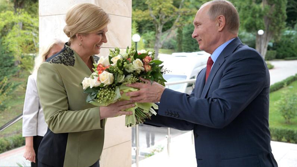 普京会见美女总统 贴心送花