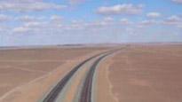 中国沙漠无人区惊现高速公路